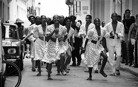 Dancers in Cuba - Photograph by Gil Garcetti