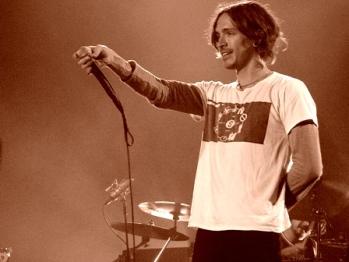 Brandon Boyd of Incubus live 2004 (Credit: Jon Iraundegi)